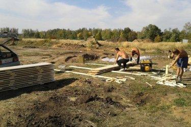 Подготовка опалубки для заливки фундамента